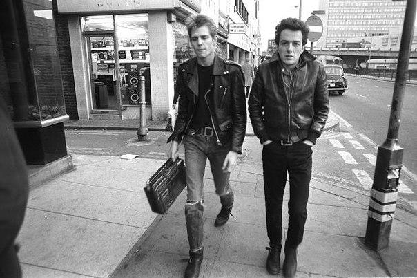 Paul Simonon и Joe Strummer на Edgware Road, Лондон.